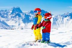 滑雪和雪孩子的冬天乐趣 儿童滑雪 库存图片