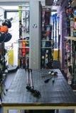 滑雪和雪板出租商店车间用设备准备好租务 免版税图库摄影