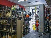 滑雪和雪板出租商店车间用设备准备好租务 图库摄影