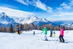 滑雪和雪板运动在高山,与特伦托自治省女低音广告 库存照片