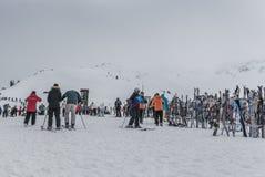 滑雪和Snowbaords在机架在吹口哨山山顶  免版税库存照片