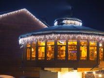 滑雪咖啡馆在晚上 免版税库存照片