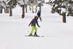滑雪在一个美好的雪森林风景 滑雪雪体育运动跟踪冬天 免版税图库摄影