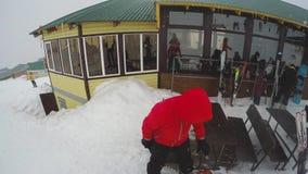 滑雪在倾斜下的FPV无法认出的滑雪者 观点的挡雪板和其他滑雪者倾斜的,准备好下来 影视素材