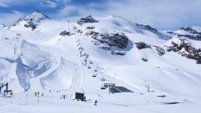 滑雪在克莱茵马塔角滑雪轨道的人们在晴天 影视素材