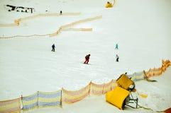 滑雪在初学者的一条宽轨道下的人们在Bukovel,乌克兰 免版税库存照片