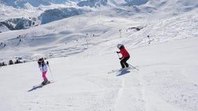 滑雪在小山下的滑雪者和发誓在是在山坡的别的 股票视频