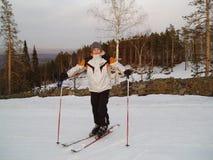 滑雪在山下的人在冬天 免版税库存照片