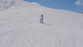 滑雪在山坡下的开始和不安全的女子滑雪者 股票视频
