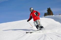 滑雪在山的年轻人 免版税库存照片