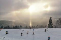 滑雪在美好的日落期间 免版税库存照片