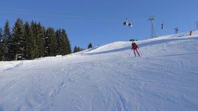 滑雪在雕刻的滑雪者在倾斜在山背景中缆索铁路下 影视素材