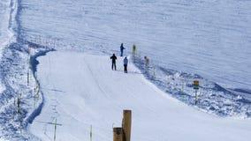 滑雪在马塔角克伦的滑雪轨道的滑雪者在策马特村庄 股票视频