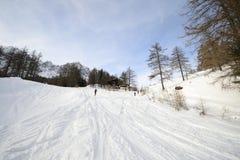 滑雪在高山小屋附近的浏览倾斜 免版税库存图片