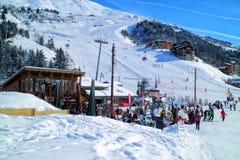 滑雪在3个谷Meribel冬天手段倾斜  库存图片