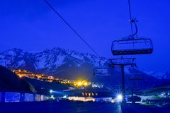 滑雪场和村庄在晚上,比利牛斯 库存图片
