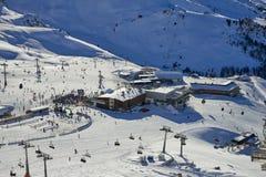 滑雪基地在蒂罗尔阿尔卑斯在晴朗的12月天 库存图片