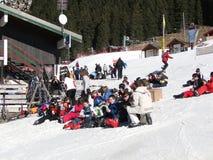 滑雪学校午餐的学员中断 图库摄影