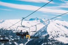 滑雪左边和缆车在阿尔卑斯冬天依靠 免版税库存照片
