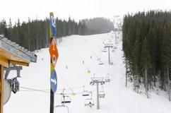 滑雪方向和通知在倾斜在著名滑雪胜地在班斯科,保加利亚 免版税库存照片
