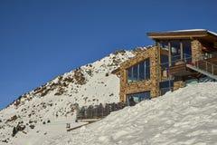 滑雪滑雪道和山餐馆 库存照片