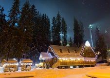 滑雪瑞士山中的牧人小屋在晚上 库存照片