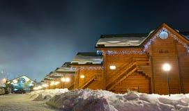 滑雪瑞士山中的牧人小屋在晚上 库存图片