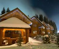 滑雪瑞士山中的牧人小屋在晚上 免版税库存图片