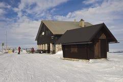 滑雪瑞士山中的牧人小屋 免版税库存照片