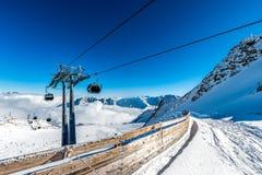 滑雪电缆车和滑雪坡道在瑟尔登,奥地利 免版税库存图片