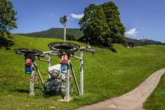 滑雪电缆车在夏天 库存照片