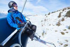 滑雪电缆车电梯的愉快的滑雪者在冬天山 库存图片
