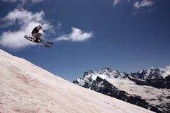 滑雪电缆车的滑雪者 免版税库存图片