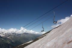 滑雪电缆车的滑雪者 库存图片