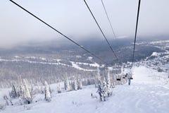 滑雪电缆车,电车缆索铁路与在背景的开放客舱 库存图片