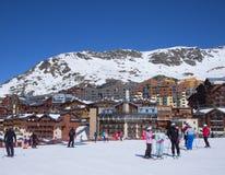 滑雪的人们在山村倾斜 库存照片