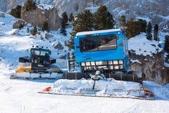 滑雪的倾斜准备的Ratrac机器在山 滑雪的雪groomers在冬天倾斜preaparation 库存图片