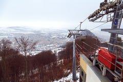 滑雪缆绳在皮亚特拉-尼亚姆茨,罗马尼亚,到达在山景顶部在冬日 库存照片