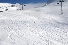 滑雪者下坡滑雪倾斜的 免版税库存照片