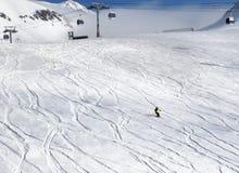 滑雪者下坡滑雪倾斜的 免版税库存图片