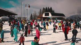 滑雪者准备好巡航在山下 滑雪胜地, Krasnaya polyana 股票视频