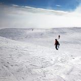 滑雪者和挡雪板下坡多雪的倾斜的 库存照片