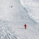 滑雪者和挡雪板下坡多雪的滑雪倾斜的在太阳冬天 免版税库存图片