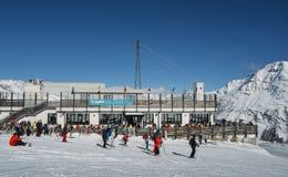 滑雪者和挡雪板有他们的齿轮的在La Thuile滑雪胜地在瓦尔d `奥斯塔,意大利 库存照片
