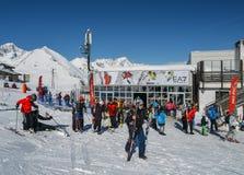 滑雪者和挡雪板有他们的齿轮的在La Thuile滑雪胜地在瓦尔d `奥斯塔,意大利 免版税库存照片