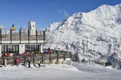 滑雪者和挡雪板有他们的齿轮的在La Thuile滑雪胜地在瓦尔d `奥斯塔,意大利 图库摄影