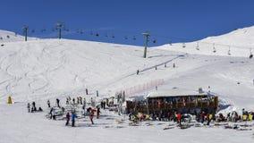 滑雪者和挡雪板有他们的齿轮的放松在一间木客舱在La Thuile滑雪胜地在瓦尔d `奥斯塔,意大利 库存图片