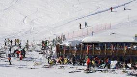 滑雪者和挡雪板有他们的齿轮的放松在一间木客舱在La Thuile滑雪胜地在瓦尔d `奥斯塔,意大利 免版税库存图片