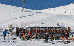 滑雪者和挡雪板有他们的齿轮的放松在一间木客舱在La Thuile滑雪胜地在瓦尔d `奥斯塔,意大利 图库摄影