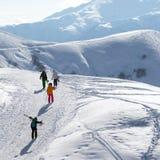 滑雪者和挡雪板雪路的在太阳冬天早晨 库存照片